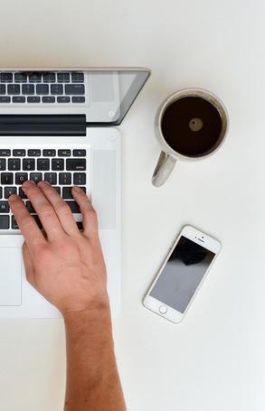 https://totaalinburgering.nl/ar/wp-content/uploads/2016/02/hands-coffee-cup-apple.jpg